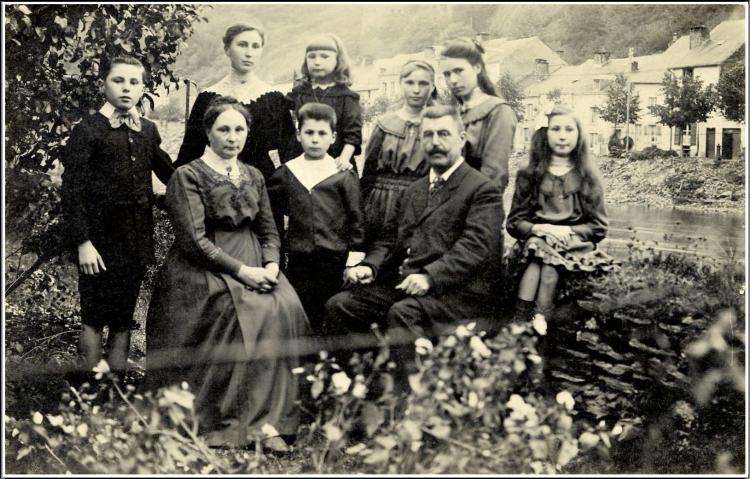Famille Degrelle fond jardin.jpg