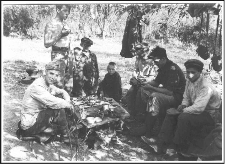 Repas avec enfants russes (Fernand Kaisergruber).JPG
