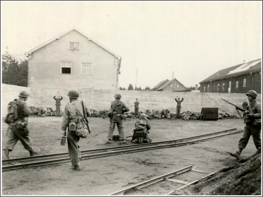 35 Massacre de Dachau 1945-04-29.jpg